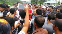 Ketua DPRD Kabupaten Lebong Bengkulu Teguh Raharjo Eko Purwoto menemui para demonstran pendukungnya saat melakukan aksi terkait kekerasan terhadap seorang dokter internsif (Liputan6.com/Yuliardi Hardjo)
