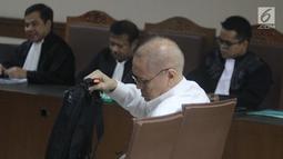 Tersangka kasus dugaan korupsi pengadaan regent dan consumable penanganan virus flu burung Kementerian Kesehatan, Freddy Lumban Tobing saat mengikuti sidang perdana di Pengadilan Tipikor, Jakarta, Kamis (8/8/2019). Sidang beragenda pembacaan dakwaan. (Liputan6.com/Helmi Fithriansyah)