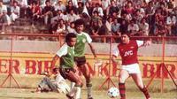Rudy Ketljes (tengah), saat membela NIAC Mitra saat menjajal klub elite Inggris, Arsenal, di Stadion Gelora 10 November, Surabaya. (Istimewa)