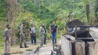 Kapolda Sulteng, Irjen Pol. Abdul Rakhman Baso, saat meninjau lokasi penyerangan kelompok yang diduga MIT di Dusun Lewono, Desa Lembantongoa, Sigi, Sabtu (28/11/2020). (Foto: Polda Sulteng).