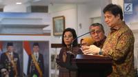 Menteri Perindustrian Airlangga Hartarto saat meluncurkan Paket Kebijakan Ekomomi XVI di Kantor Presiden, Jakarta, Jumat (16/11). Peluncuran ini juga dihadiri Menko Perekonomian Darmin Nasution dan Menkeu Sri Mulyani. (Liputan6.com/AnggaYuniar)