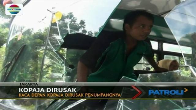 Kaca mobil Kopaja ini dirusak penumpangnya, karena menurunkan seorang ibu asal-asalan hingga terjatuh ke aspal.