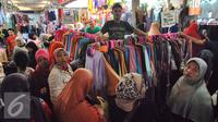 Sejumlah pembeli melihat-lihat baju di Pasar Tanah Abang, Jakarta, Kamis (2/7/2015). Memasuki pertengahan Ramadan pedagang mengaku penjualan baju muslim meningkat dari bulan-bulan sebelumnya. (Liputan6.com/Yoppy Renato)