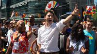 Perdana Menteri Kanada Justin Trudeau mengacungkan jempol saat mengikuti pawai LGBT Toronto's Pride Parade di Toronto, Kanada, Minggu (23/6/2019). Pawai digelar untuk mengenang peristiwa Stonewall yang terjadi di New York pada Juni 1969. (Chris Young/The Canadian Press via AP)
