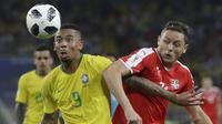 Pemain Brasil, Gabriel Jesus (kiri) berebut bola dengan pemain Serbia, Nemanja Matic pada laga grup E Piala Dunia 2018 di Spartak Stadium, Moskow, Rusia, (27/6/2018). Brasil menang 2-0. (AP/Matthias Schrader)