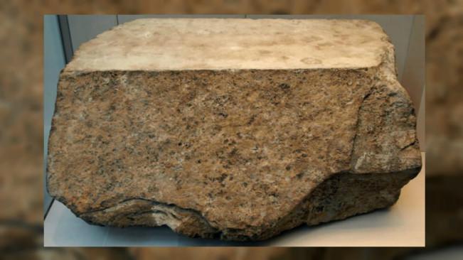Potongan batu pembungkus luar Piramida Agung Giza. (Sumber Wikimedia Commons)