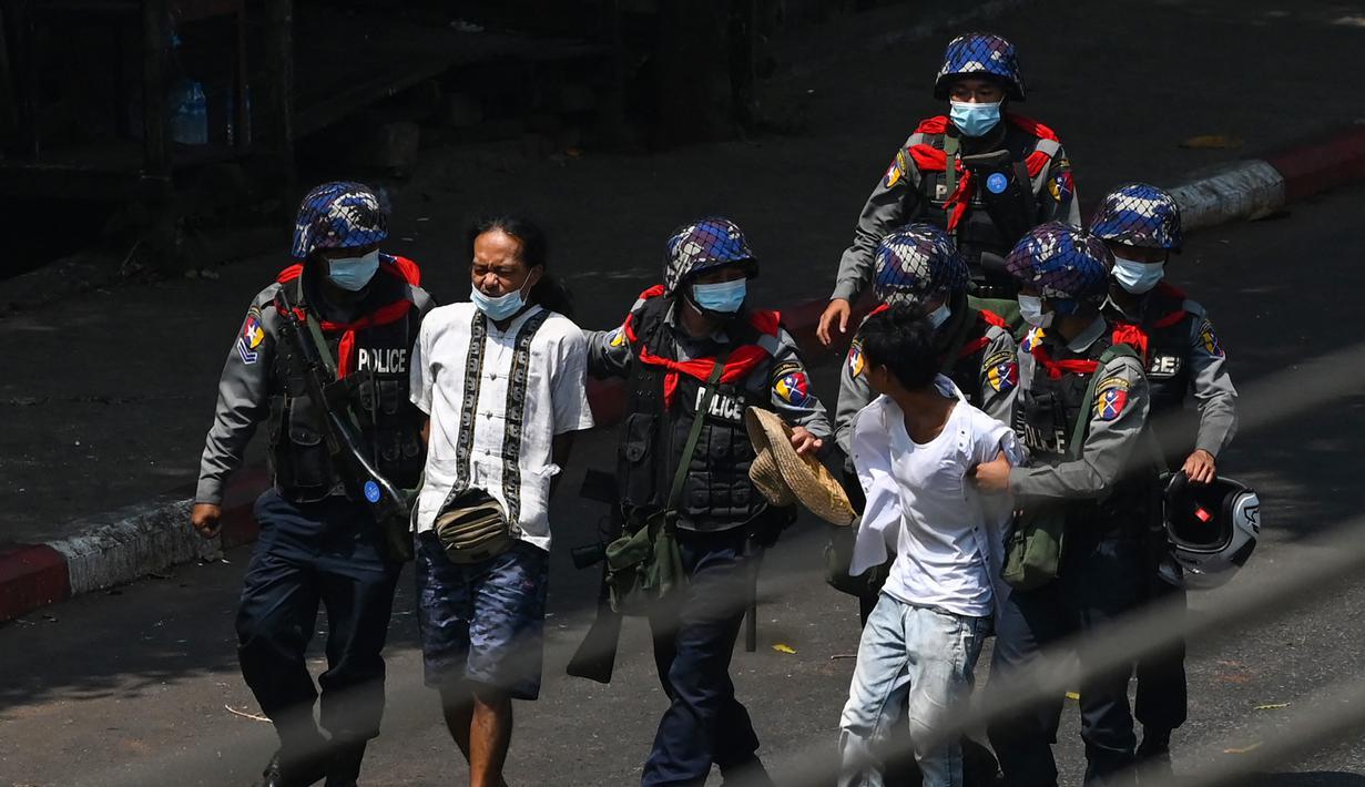Polisi menangkap orang-orang saat pengunjuk rasa ikut serta dalam unjuk rasa menentang kudeta militer di Yangon, Myanmar, Sabtu (27/2/2021). Negara itu diguncang gelombang protes pro-demokrasi sejak kudeta militer Myanmar menggulingkan kekuasaan Aung San Suu Kyi pada 1 Februari. (Sai Aung Main/AFP)