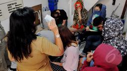 Petugas Pemprov DKI Jakarta melakukan penertiban indekos di kawasan Sawah Besar, Jakarta (28/4/2015). Petugas tampak memberikan arahan kepada penghuni kos. (Liputan6.com/Andrian M Tunay)