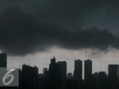 Sejumlah gedung di Jakarta tertutup awan gelap sebelum turunya hujan, Rabu (7/9).  BMKG memprediksi fenomena La Nina yang mengakibatkan curah hujan tinggi akan berlangsung hingga bulan September 2016. (Liputan6.com/Johan Tallo)