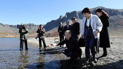 Presiden Korea Selatan Moon Jae-in ditemani istrinya, Kim Jung-sook melihat air kawah Gunung Paektu, Kora Utara, Kamis (20/9). Gunung Paektu merupakan gunung berapi yang dianggap sakral di Korea Utara. (Pyongyang Press Corps Pool via AP)