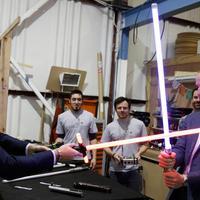 Pangeran William dan Harry bermain pedang sinar saat berkunjung ke studio pembuatan film Star Wars di Pinewood Studios, London, Selasa (19/4). Dua Pangeran Inggris itu berkeliling Pinewood untuk mengunjungi workshop produksi film Star Wars (REUTERS/Pool)