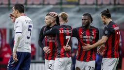 Penyerang AC Milan, Ante Rebic (kedua kiri) berselebrasi bersama rekan-rekannya usai mencetak gol ke gawang Crotone pada pertandingan lanjutan Liga Serie A Italia di stadion San Siro di Milan, Italia, Minggu (7/2/2021). Rebic mencetak dua gol dan mengantar Milan menang telak atas Crotone 4-0. (AP Ph