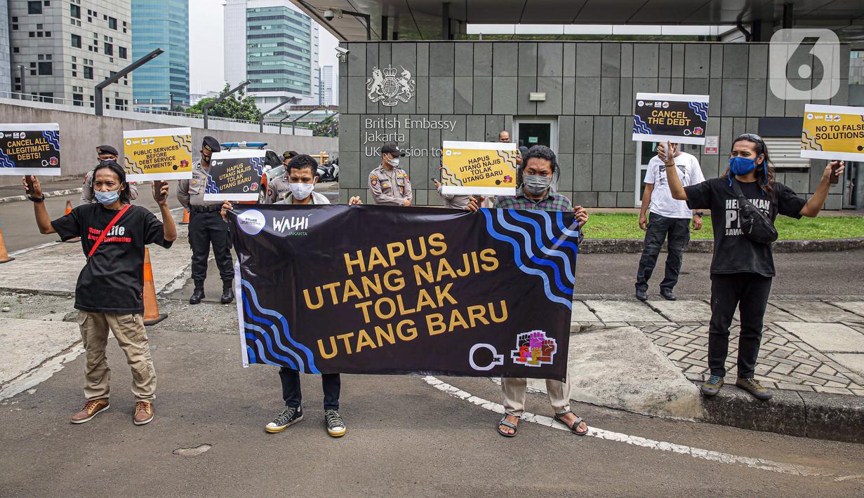 Sejumlah massa yang tergabung dalam Walhi DKI Jakarta dan KRuHa menggelar aksi protes simbolik di depan Kedutaan Besar Inggris, Jakarta, Jumat (11/6/2021). Aksi yang bertepatan dengan pertemuan puncak G7 tersebut menolak utang baru untuk penanggulangan COVID-19. (Liputan6.com/Faizal Fanani)