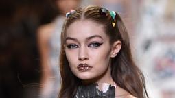 Model Gigi Hadid mengenakan koleksi busana karya rumah mode Fendi Spring/Summer 2017 pada ajang peragaan busana wanita Milan Fashion Week 2017 di Milan, Italia, (21/9). Gigi Hadid tampil cantik dengan rambut di kepang dua. (AFP Photo/Giuseppe Cacace)