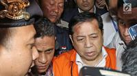 Tersangka kasus korupsi KTP Elektronik Setya Novanto memberikan keterangan usai menjalani pemeriksaan di Gedung KPK, Jakarta, Senin (20/11). Seusai diperiksa Ketua DPR tersebut dipindahkan dari RSCM Kencana ke Rutan KPK. (Liputan6.com/Herman Zakharia)