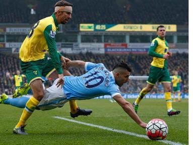 Pemain Norwich City,  Gary O'Neil (kiri) menahan laju pemain, Manchester City, Sergio Aguero pada lanjutan liga Inggris pekan ke-30 di Stadion Carrow Road, Norwich, Sabtu (12/3/2016).  (AFP/Lindsey Parnaby)