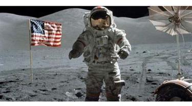 Bukan hal yang berbau astronomi, benda-benda unik ini tertinggal di bulan oleh para astronot saat berkunjung ke sana.