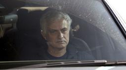 Jose Mourinho meninggalkan tempat latihan Tottenham Hotspur, London, Senin 19 April 2021. Jose Mourinho padahal akan melakoni final Piala Liga Inggris kontra Manchester City pekan depan. (Jonathan Brady/PA via AP)