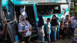 Anak-anak antre membuat Kartu Identitas Anak (KIA) di mobil Disdukcapil Pondok Aren, Tangerang Selatan, Jumat (16/11). Pada tahun anggaran 2018 disediakan 130 ribu keping blangko KIA dari APBD dan 40 ribu dari APBN. (Liputan6.com/Fery Pradolo)