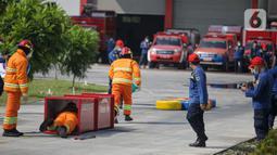 Petugas pemadam kebakaran melakukan simulasi penyelamatan saat kompetisi Fire Safety Challenge di Kantor Dinas Penanggulangan Kebakaran dan Penyelamatan Pemprov DKI Jakarta, Rabu (2/6/2021). Ini rangka pembinaan keterampilan petugas dalam upaya pemadaman dan penyelamatan. (Liputan6.com/FaizalFanani)