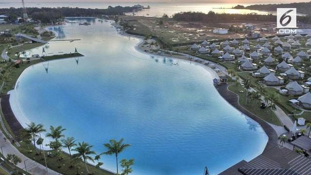 Kolam renang terbesar se- Asia Tenggara terdapat di Pulau Bintan, Kepulauan Riau.