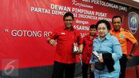 Ketua umum PDIP Megawati Soekarnoputri didampingi sekjen PDIP Hasto Kristyanto dan Kepala Basarnas FH Bambang Soelistyo saat menghadiri pelepasan kader Baguna untuk latihan SAR bersama Basarnas, Jakarta, Selasa (15/9/2015). (Liputan6.com/Andrian M Tunay)