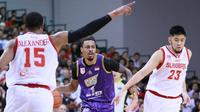 CLS Knights Indonesia berjibaku dengan Singapore Slingers pada gim 5 final ASEAN Basketball League di OCBC Arena, Singapura, Rabu (15/5/2019). (Media CLS)