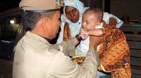 Bayi berumur 3 bulan dan ibunya yang diamankan dalam razia gepeng di Lhokseumawe, Aceh. Razia tersebut digelar dalam rangka mencegah terjadinya eksploitasi anak di Aceh.(Antara)