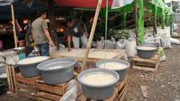 Pedagang memisahkan buah kolang-kaling yang akan dijual di Pasar Induk, Kramat Jati, Jakarta Timur, Jumat (2/6). Pada bulan Ramadan permintaan buah kolang-kaling naik hingga tiga kali lipat. (Liputan6.com/Yoppy Renato)