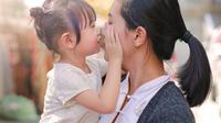Risiko di balik kebiasaan orangtua cium bibir anak. (iStockphoto