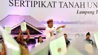 Presiden Joko Widodo menyerahkan 1.300 sertifikat hak atas tanah untuk masyarakat di Kab Lampung Tengah, Jumat (23/11). Akhir tahun ini pemerintah akan menerbitkan hingga kurang lebih 30.000 sertifikat khusus di Lampung Tengah. (Liputan6.com/HO/Biropers)