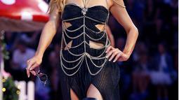 Paris Hilton saat tampil mengenakan busana koleksi Philipp Plein women Spring-Summer 2017 dalam acara Milan Fashion Week di Italia, (21/9).  Paris Hilton tampil seksi dengan gaun berwarna hitam dengan kalung ditubuhnya. (REUTERS/Alessandro Garofalo)