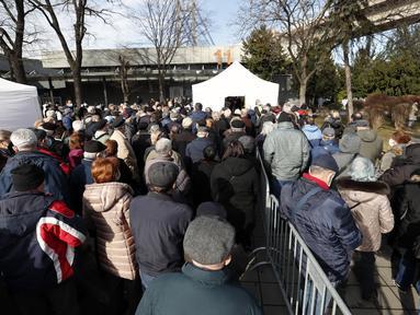 Orang-orang menunggu untuk mendapatkan vaksin COVID-19, di pusat vaksinasi darurat Belgrade Fair, di Beograd, Serbia, Senin (25/1/2021). Serbia adalah negara Eropa pertama yang menerima vaksin COVID-19 Sinopharm China untuk program inokulasi massal. (AP Photo/Darko Vojinovic)