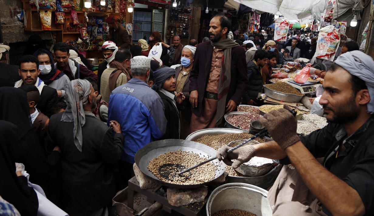 Warga berbelanja di sebuah pasar menjelang Hari Raya Idul Fitri di Sanaa, Yaman, Jumat (22/5/2020). Idul Fitri menandai berakhirnya bulan suci Ramadan. (Xinhua/Mohammed Mohammed)
