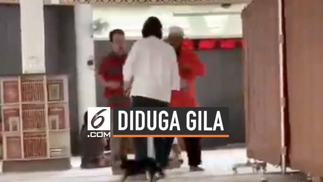 Polres Bogor memeriksa kejiwaan SM wanita pembawa anjing ke Masjid di kawasan Sentul. Polisi juga telah memeriksa beberapa orang saksi dalam peristiwa tersebut. video SM membawa anjing masuk ke Masjid viral di Sosmed. Polisi hingga kini belum menetap...