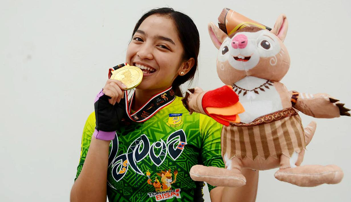 Peraih medali emas Dhinda Salsabila dari Papua, tersenyum manis dengan medali emas. Dhinda meraih emas di nomor 200 M ITT cabang olahraga Sepatu Roda PON XX Papua, Selasa (28/9). (Foto : PB PON XX Papua/ Sunyoto).