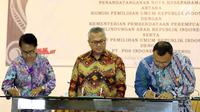 Ketua KPU Arief Budiman menyaksikan Menteri PPPA Yohana Yembise dan Direktur Integrasi Logistik PT Pos Indonesia (Persero) Barkah Hadimoeljono menandatangani Nota Kesepahaman di Gedung KPU, Jakarta, Rabu (30/5). (Liputan6.com/JohanTallo)