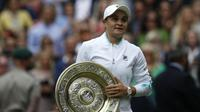 Ashleigh Barty merebut gelar Wimbledon 2021 usai mengalahkan Karolina Pliskova di Lapangan Utama All England Lawn Tennis and Croquet Club, Sabtu (10/7/2021). (AFP/ADrian Dennis)