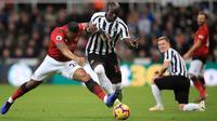 Bek Manchester United, Antonio Valencia berusaha merebut bola yang dibawa pemain Newcastle United, Mohamed Diame selama pertandingan lanjutan Liga Inggris di St James 'Park (2/1). MU menang 2-0 atas Newcastle. (Owen Humphreys/PA via AP)