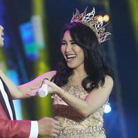 Ayu Ting Ting pakai headpiece seperti mahkota ratu. (Photografer: Bambang E.Ros/Bintang.com)