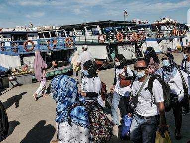 Wisatawan penumpang kapal dari Kepulauan Seribu tiba di Dermaga Kali Adem, Muara Angke, Jakarta, Minggu (27/12/2020). Data dari Sudin Pariwisata dan Ekonomi Kreatif Kepulauan Seribu mencatat sebanyak 3.018 wisatawan berkunjung ke Kepulauan Seribu untuk mengisi libur Natal. (merdeka.com/Iqbal Nugroho