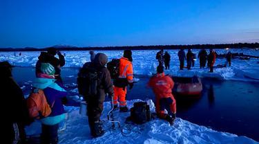 Tim penyelamat membantu sekelompok nelayan mendarat, menggunakan perahu kecil di Teluk Mordvinov di Siberia timur, Rusia.