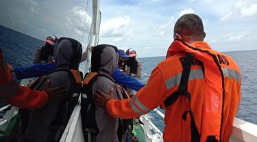 Petugas SAR gabungan dalam operasi pencarian korban speedboat di banggai laut