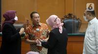 Terdakwa suap penghapusan nama terpidana perkara pengalihan hak tagih Bank Bali dari daftar red notice Polri Djoko Tjandra (kedua kiri) saat menjalani sidang di PN Jakarta Timur, Jumat (11/12/2020). Djoko menyampaikan nota pembelaan atau pleidoi atas tuntutan JPU. (merdeka.com/Imam Buhori)