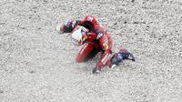 Andrea Dovizioso saat terjatuh pada balapan MotoGP Catalunya, Minggu (27/9/2020). (AP Photo/Joan Monfort)