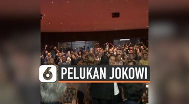 Presiden Joko Widodo berpelukan dengan ketua umum partai Nasdem Surya Paloh pada acara ulang tahun ke-8 partai Nasdem di JI Expo Kemayoran, Jakarta Pusat, Senin (11/11).