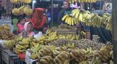Pedagang menjual pisang dan kacang di pasar malam pada tradisi Malam Qunut di Desa Payunga, Kec. Batudaa, Kab. Gorontalo, Senin (20/5/2019). Tradisi Malam Qunut di Gorontalo dilakukan pada setiap pertengahan bulan Ramadan dengan beramai-ramai memakan pisang dan kacang. (Liputan6.com/Arfandi Ibrahim)