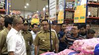 Gubernur DKI Jakarta, Anies Baswedan mengecek harga bahan pokok di Pasar Induk JakGrosir, Kramat Jati, Jakarta. (Liputan6.com/Ratu Anissa)
