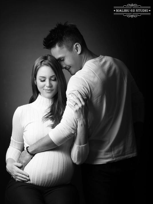 Aktor tampan Randy Pangalila dan sang istri, Chelsey Frank baru saja dikaruniai anak pertama yang berjenis kelamin perempuan. Rabu, 24 Maret 2021, Chelsey melahirkan bayi mungilnya dan kini ia bersama Randy tengah menikmati perannya sebagai orangtua. (Instagram/randpunk)