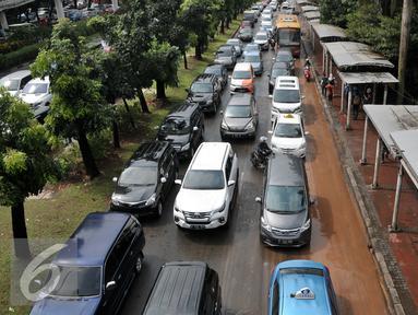 Kepadatan kendaraan di Jalan Jenderal Sudirman, Jakarta, Selasa (30/8). Pasca diguyur hujan, sejumlah ruas jalan utama di Jakarta mulai mengalami kemacetan. (Liputan6.com/Yoppy Renato)